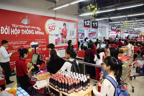 Do đang là thời gian cao điểm mua sắm nên rất đông khách xếp hàng tại khu vực thanh toán chờ đến lượt.