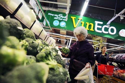 Những mặt hàng được mua sắm nhiều tại đây trong những ngày này là rau - củ - quả sạch VinEco. Các loại bánh kẹo, đồ khô để ăn trong Tết cũng như thết đãi gia đình, bạn bè, khách đến chơi nhà.