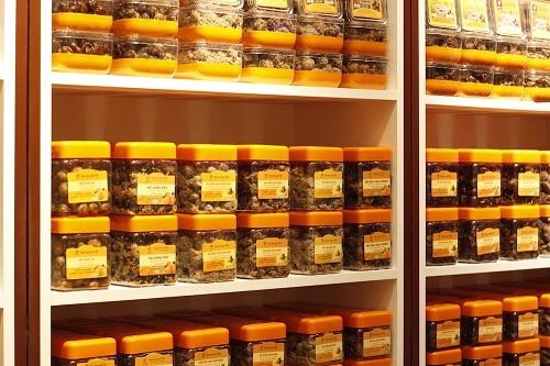 Với sức mua tăng mạnh những ngày cuối năm, nhiều mặt hàng không thể thiếu trong dịp Tết như ô mai, mứt, hạt khô... liên tục trong tình trạng cháy hàng. Với hương vị chua cay mặn ngọt góp phần không nhỏ làm nên hương vị ngày Tết, ô mai Hồng Lam được nhiều người lựa chọn vừa làm quà biếu, vừa sử dụng cho gia đình nên rất đắt khách, nhân siêu thị VinMart cho biết phải sắp xếp bổ sung liên tục mặt hàng này.