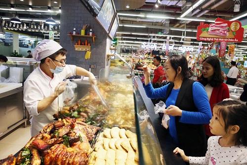 Khu vực thực phẩm chế biến sẵn Bếp nhà mình với thiết kế hiện đại, sạch sẽ, các món ăn đều được chế biến từ những đầu bếp chuyên nghiệp nên lúc nào cũng tấp nập người mua.