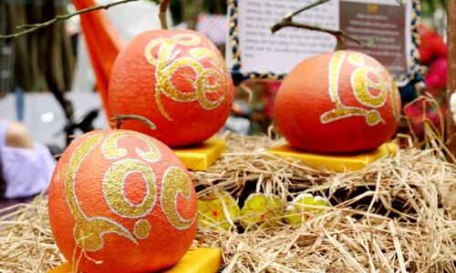 Nhiều nghệ nhân kiếm tiền triệu nhờ vẽ thư pháp trên trái cây.
