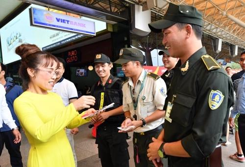Ban lãnh đạo Vietjet đã đến chúc tết, lì xì may mắn cho các đơn vị khai thác tại sân bay, các phi công, tiếp viên làm nhiệm vụ ngày tết.