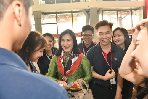 và Phó Tổng giám đốc Hồ Ngọc Yến Phương chúc tết hành khách và cán bộ nhân viên tại sân bay Tân Sơn Nhất.