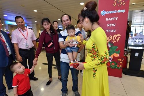 Nữ tỷ phú Nguyễn Thị Phương Thảo gặp gỡ và trò chuyện cùng hành khách nhí ngày đầu năm. CEO Vietjet chúc các gia đình năm mới bình an và may mắn.