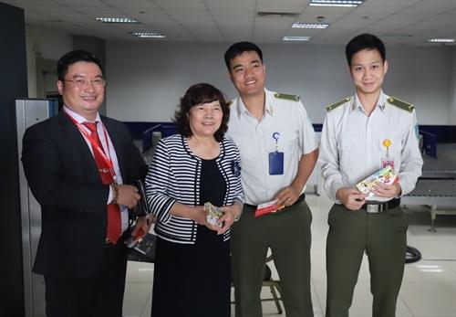 Chủ tịch HĐQT Nguyễn Thanh Hà và các đồng nghiệp có mặt tại sân bay Nội Bài từ sớm để thăm hỏi cán bộ nhân viên, chào đón hành khách đầu tiên đến Thủ đô Hà Nội ngày đầu xuân mới.
