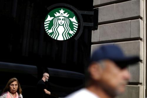 Bên ngoài một cửa hàng Starbucks tạiLos Angeles, California. Ảnh: Reuters