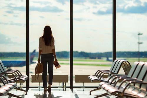 Một chiếc thẻ tín dụng du lịch là lựa chọn hợp lý nếu thường đi lại bằng máy bay. Ảnh: Shutterstock