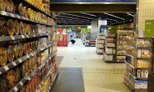 Khách hàng chọn đồ tại một siêu thị ở Bắc Kinh. Ảnh: Reuters