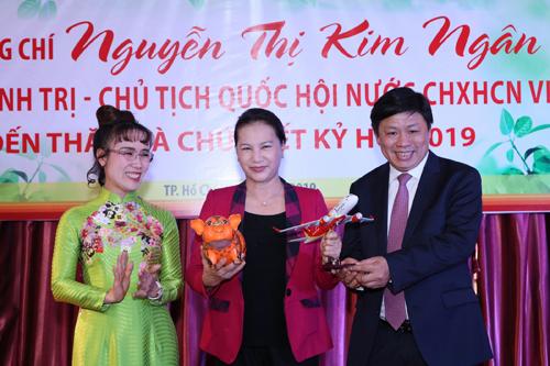 Chủ tịch Quốc hội Nguyễn Thị Kim Ngân chụp ảnh lưu niệm cùnglãnh đạo hai doanh nghiệp.