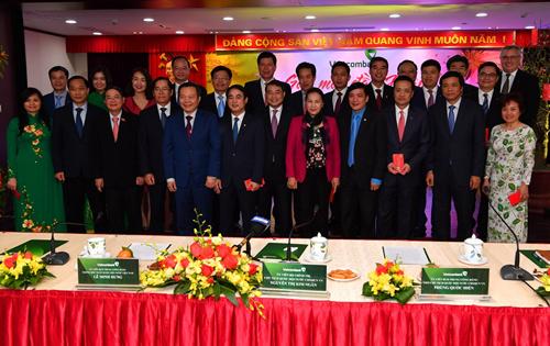 Chủ tịch Quốc hội Nguyễn Thị Kim Ngân cùng cáclãnh đạo chụp ảnh kỷ niệm vớiban lãnh đạo Vietcombank.