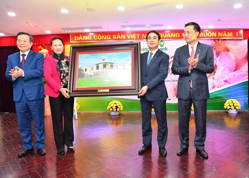 Chủ tịch Quốc hội Nguyễn Thị Kim Ngân tặng quà kỷ niệm cho Vietcombank