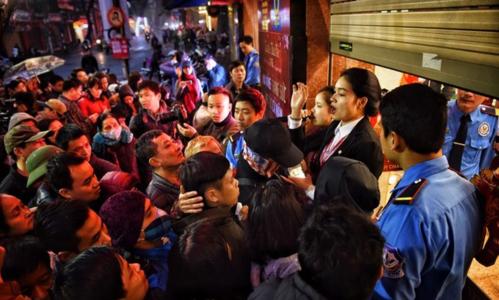 Từ sáng sớm ngày Vía Thần Tài (mùng 10 tháng Giêng) năm 2018, phố vàng Trần Nhân Tông (Hà Nội) từ 4h sáng nay đã có rất nhiều người xếp hàng để chờ mua một chỉ vàng lấy may. Đến 6h30, cửa hàng mới chính thức mở cửa