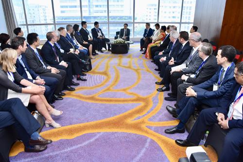 Phó Thủ tướng trao đổi với các nhà đầu tư trong và ngoài nước bên lề Diễn đàn.