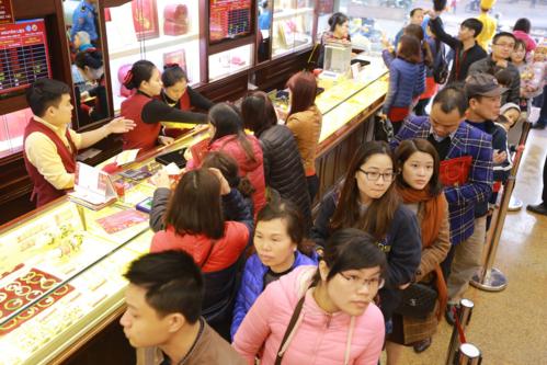 Rất nhiều người dân đổ xô mua vàng ngày vía Thần Tài năm 2018.