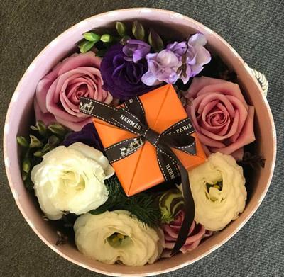 Một hộp hoa bán kèm các loại quà cho dịp Lễ Tình nhân năm nay.