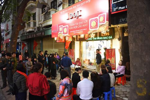 Từ hơn 5 giờ, nhiều khách hàng đổ về trung tâm vàng bạc đá quý của Tập đoàn DOJI tại số 27B Phan Đình Phùng chờ mua vàng. Dù đông khách, mọi người vẫn trật tự xếp hàng, chờ tới lượt mua. Theo ghi nhận tại nhiều cửa hàng của DOJI, hàng nghìn người cũng xếp hàng