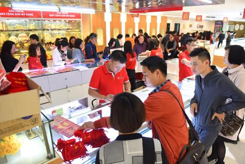 Đồng thời, DOJI cũng tăng cường hệ thống điểm bán trên toàn quốc với nhiều sản phẩm đa dạng, giá thành hợp lý. Xem thêm các sản phẩm của DOJI tại đây.
