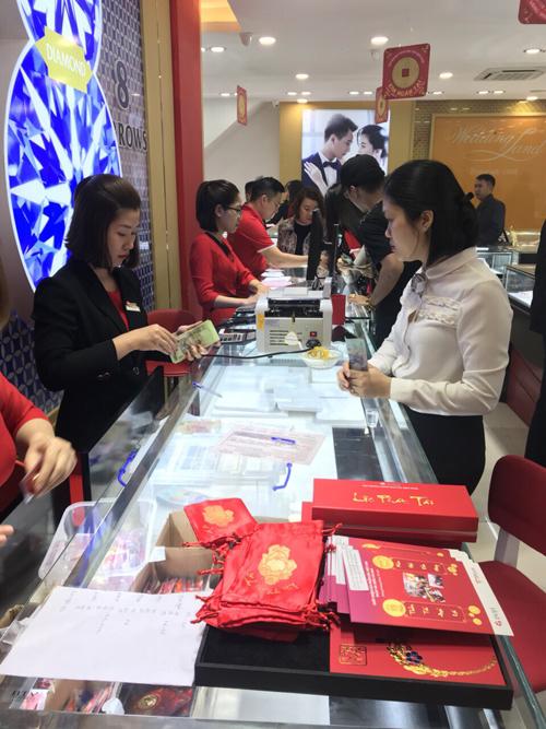 Với nhiều người dân, không chỉ người kinh doanh buôn bán mà cả dân văn phòng, giới trẻ, dịp vía Thần Tài trở thành ngày đặc biệt trong năm để hướng về những giá trị tốt đẹp, cầu mong một năm bình an.