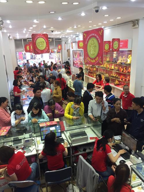 Nhiều khách hàng đổ đến Trung tâm vàng bạc DOJI tại 172 Hùng Vương, quận Hải Châu, Đà Nẵng. Các sản phẩm được khách hàng hướng tới nhiều nhất trong dịp vía Thần Tài vẫn là đồng vàng ép vỉ 999.9 như Kim Hợi Phát Lộc, Kim Hợi Chiêu Tài, Kim Thần Tài... Ngoài ra, nữ trang vàng 24K cũng được yêu thích.