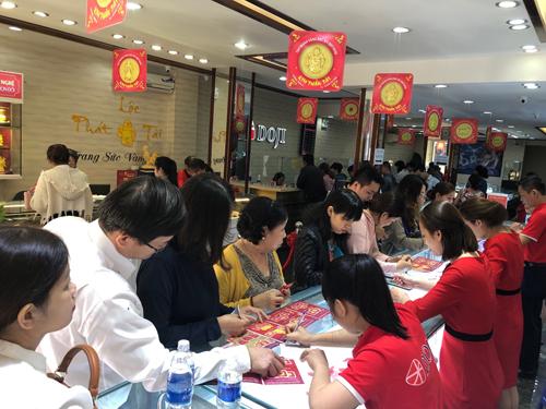 Dù 2 ngày trước đó, nhiều người đã mua vàng cầu may hay làm quà tặng do ngày Thần Tài trùng với Valentine, khách hàng vẫn liên tục xếp hàng chọn sản phẩm tại Trung tâm 204-206 Lê Duẩn, Đà Nẵng.