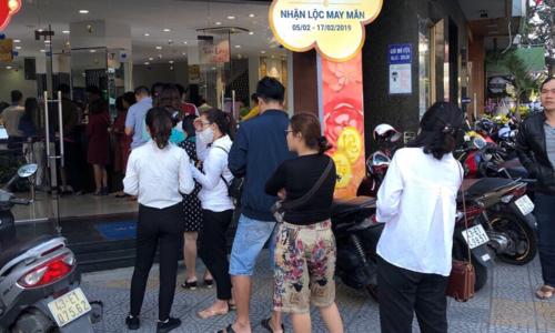 Tại Đà Nẵng, từ sáng sớm cũng ghi nhận nhiều người đến xếp hàng mua vàng. Ảnh: PV.