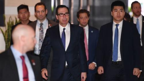 Bộ trưởng Tài chính Mỹ - Steven Mnuchin và đoàn đàm phán Mỹ rời khách sạn sáng nay. Ảnh: AFP