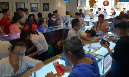 Khá đông khách đến mua vàng tại Hội sở Công ty SJC sáng nay. Ảnh: Phương Đông.