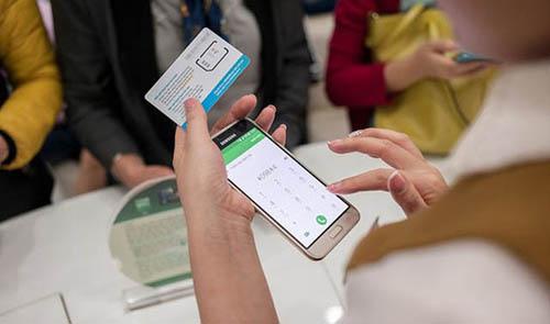 Nhân viên nhà mạng đang thực hiện dịch vụ cho khách hàng. Ảnh: Viettel Telecom