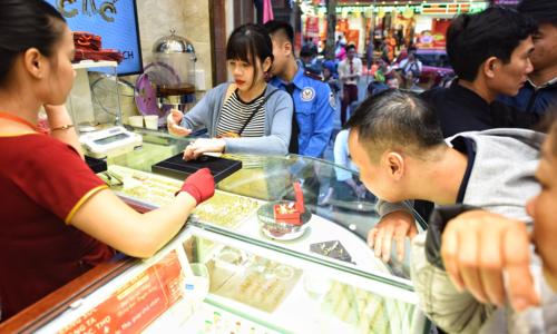Nhiều người đổ xô đi mua vàng trong ngày vía Thần Tài hôm qua. Ảnh: Giang Huy.