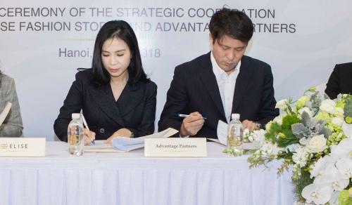 Lễ ký kết giữa CEO Elise, bàLưu Thị Nga và đại diện Advantage Partners.