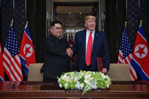 Lãnh đạo Triều Tiên - Kim Jong Un và Tổng thống Mỹ - Donald Trump tại Singapore năm ngoái. Ảnh: Straits Times