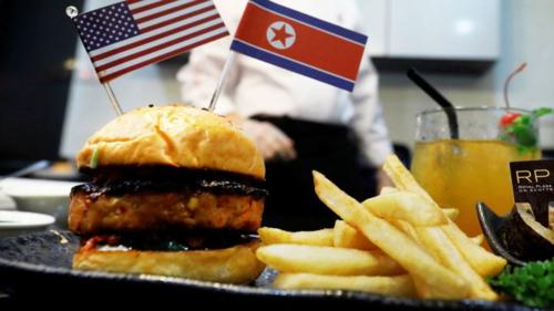 Món burger đặc biệt của Royal Plaza. Ảnh: Reuters