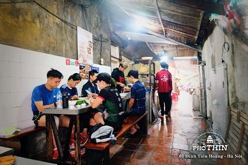 Cửa hàng Phở Thìn - Nằm trong con ngõ nhỏ đối diện cổng Đền Ngọc Sơn từ lâu đã là địa chỉ vô cùng quen thuộc của các khách hàng sành ăn.