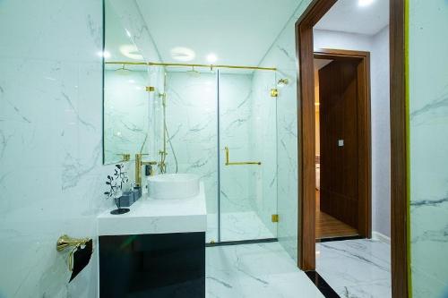 Phòng tắmđược ốp Maple trong các căn hộ của Sunshine City Sài Gòn. Hotline: 1800 9696 82. website: http://citysaigon.sunshinegroup.vn/