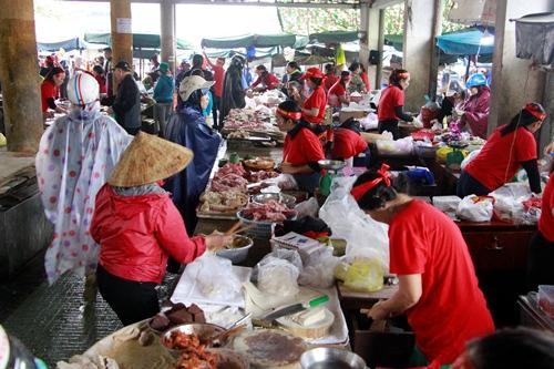 Tiểu thương kinh doanh tại chợ ở Huế. Ảnh: Võ Thạnh