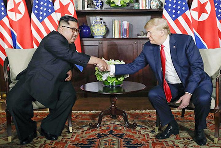 Ông Kim Jong-un bắt tay Tổng thống Mỹ Donald Trump. Ảnh: AP
