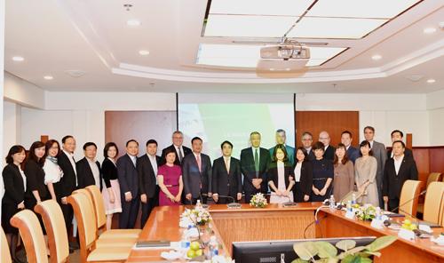 Các đại biểu tham dự buổi lễ chụp hình lưu niệm.