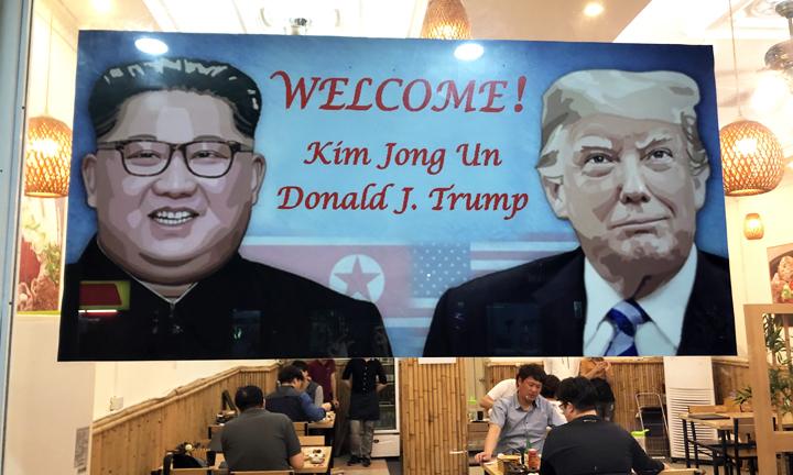 Băng rôn chào mừng ông Trump và Kim Jong-un trước một nhà hàng ở Nam Từ Liêm. Ảnh: Anh Tú