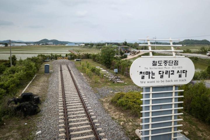 Đường ray tại ga Baengmagoji gần khu phi quân sự. Ảnh: AFP