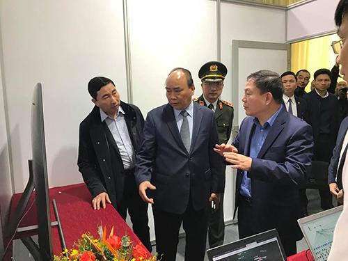 Quyền Chủ tịch kiêm Tổng giám đốc Viettel, ông Lê Đăng Dũng (thứ 4 từ trái sang) báo cáo Thủ tướng về công tác chuẩn bị cho sự kiện.