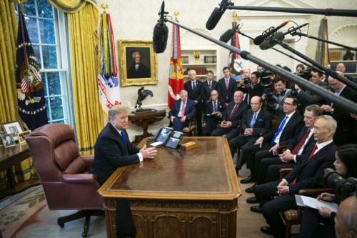 Tổng thống Mỹ - Donald Trump gặp Phó thủ tướng Trung Quốc - Lưu Hạc hôm 22/2. Ảnh: Bloomberg