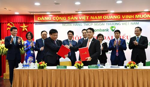 Ký kết Thỏa ước LĐTT giữa Chủ tịch HĐQT Nghiêm Xuân Thành – đại diện người sử dụng lao động (bên phải) và ông Đào Minh Tuấn – Phó Tổng giám đốc, Chủ tịch Công đoàn, đại diện NLĐ tại Vietcombank