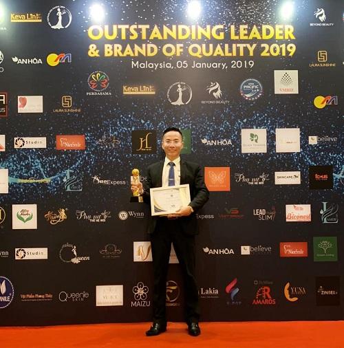 Chủ tịch HĐQT kiêm Tổng Giám đốc Trương Ngọc Anh đại diện Vsetgroup nhận giải Doanh nghiệp tiêu biểu tại Malaysia.