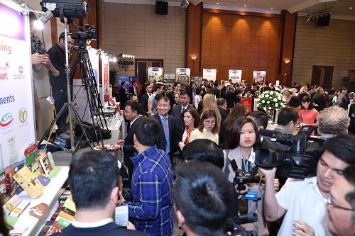 Thứ trưởng Đỗ Thắng Hải thăm các gian hàng triển lãm.