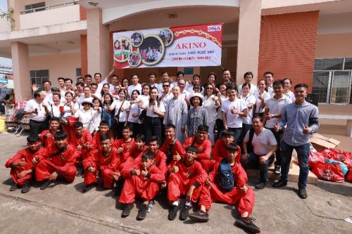 Đội ngũ nhân viên của công ty tham gia hoạt động từ thiện.