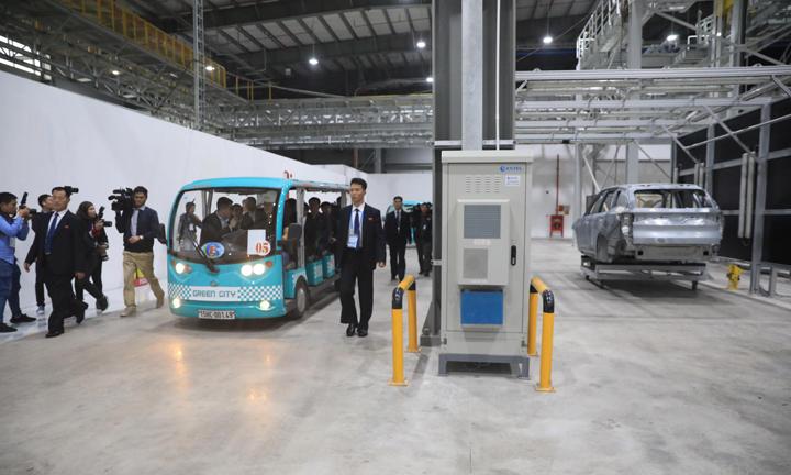 Phái đoàn Triều Tiên tham quan phân xưởng sản xuất thân và vỏ ôtô. Ảnh: Hữu Khoa