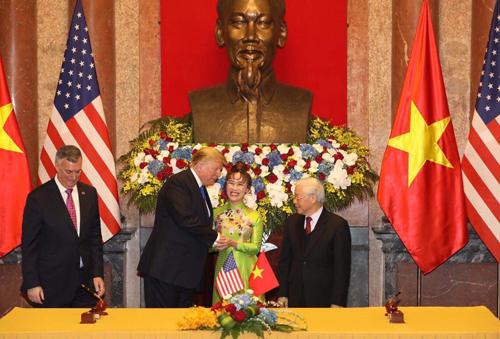 Bà Nguyễn Thị Phương Thảo - Tổng giám đốc Viejet bắt tay Tổng thống Donald Trump trong lễ ký sáng 27/2.