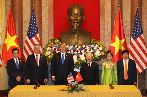 Tổng thống Mỹ Donald Trump và Tổng Bí thư, Chủ tịch nước Nguyễn Phú Trọng chứng kiến lễ ký kết giữa Viejet với Boeing và General Electric.