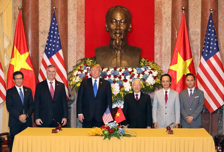 Bamboo Airways ký hợp đồng mua 10 máy bay Boeing trước sự chứng kiến của Thủ tướng Trump và Tổng bí thư, Chủ tịch nước Nguyễn Phú Trọng. Ảnh: Ngọc Thành