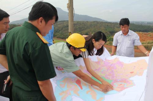 Các cơ quan chức năng và nhà đầu tư khảo sát thực địa vị trí xây dựng các dự án điện mặt trời ở huyện Bù Gia Mập, tỉnh Bình Phước - ảnh: Văn Trăm